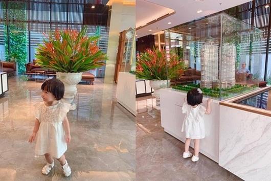 """Con gái Đặng Thu Thảo nhận """"mưa lời khen"""" khi được mẹ dẫn đi xem """"nhà ba bán"""" - Ảnh 2"""