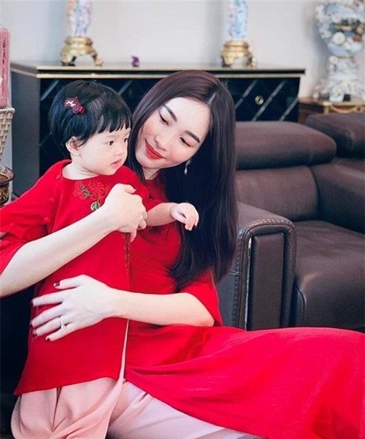 """Con gái Đặng Thu Thảo nhận """"mưa lời khen"""" khi được mẹ dẫn đi xem """"nhà ba bán"""" - Ảnh 1"""