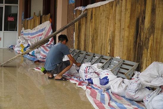 Hải Phòng: Đóng cửa sân bay Cát Bi, người dân khẩn trương chống bão số 3 - Ảnh 2
