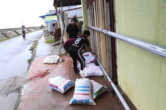 Hải Phòng: Đóng cửa sân bay Cát Bi, người dân khẩn trương chống bão số 3 - Ảnh 3