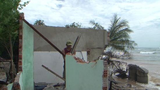Quảng Ngãi: Sóng biển đánh sập, cuốn trôi nhà dân chỉ trong 20 phút - Ảnh 1
