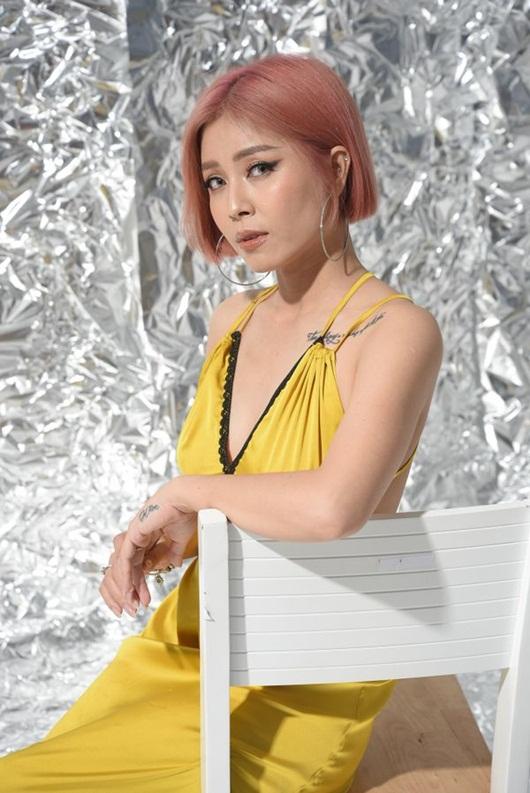 """MC Hoàng Linh nhuộm tóc hồng rực, khoe ảnh gợi cảm nhưng khẳng định không """"nổi loạn"""" - Ảnh 2"""