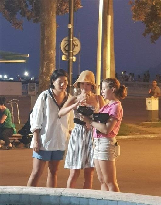 Song Hye Kyo diện váy ngắn, khoe vai trần dạo chơi trên đường phố Pháp - Ảnh 1