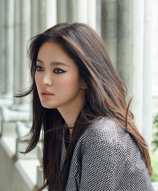 Song Hye Kyo diện váy ngắn, khoe vai trần dạo chơi trên đường phố Pháp - Ảnh 3
