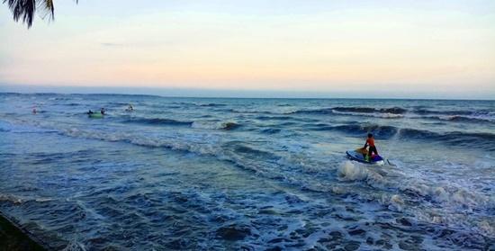 Bình Thuận: 4 nam thanh niên bị sóng cuốn mất tích khi đi tắm biển - Ảnh 1