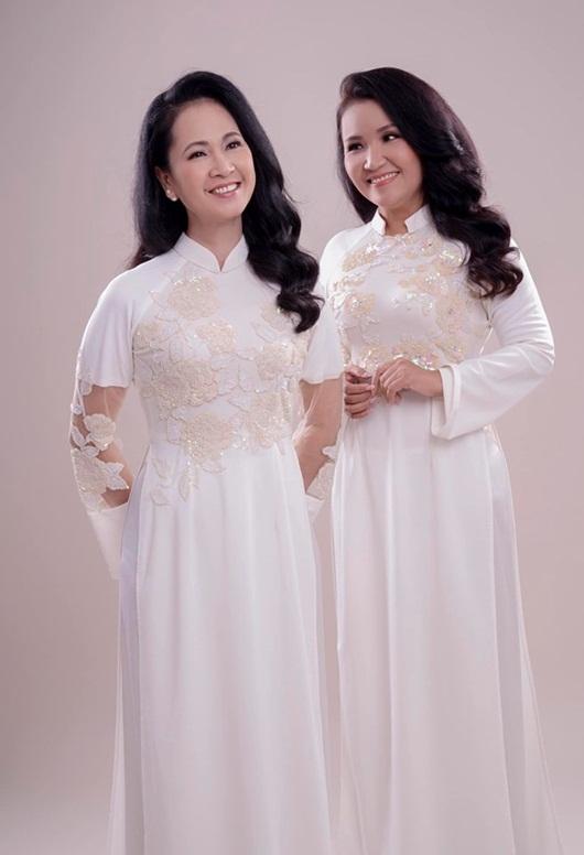 Hai bà mẹ chồng nổi tiếng Lan Hương - Ngân Quỳnh khoe sắc với áo dài của NTK Đức Hùng - Ảnh 2