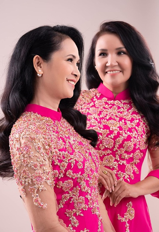 Hai bà mẹ chồng nổi tiếng Lan Hương - Ngân Quỳnh khoe sắc với áo dài của NTK Đức Hùng - Ảnh 4