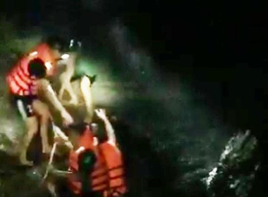 Nghệ An: Giải cứu 4 người mắc kẹt giữa dòng lũ xiết trong đêm - Ảnh 1