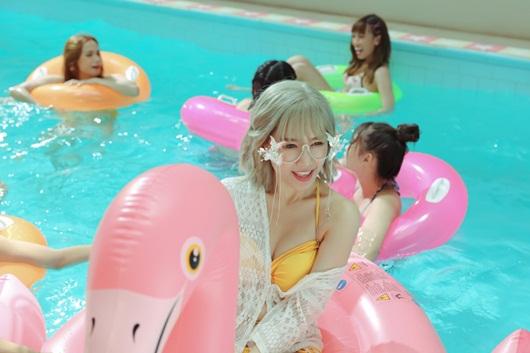 Video: Hari Won khoe tóc bạch kim, diện bikini gợi cảm quay MV mới - Ảnh 2