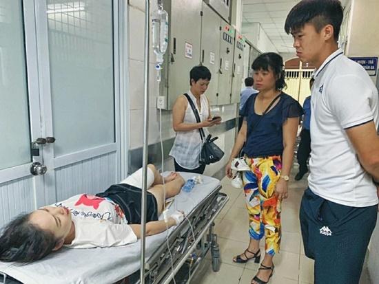 Duy Mạnh đến thăm nữ CĐV bị thương vì pháo sáng, Hà Nội FC hứa chi trả viện phí - Ảnh 2