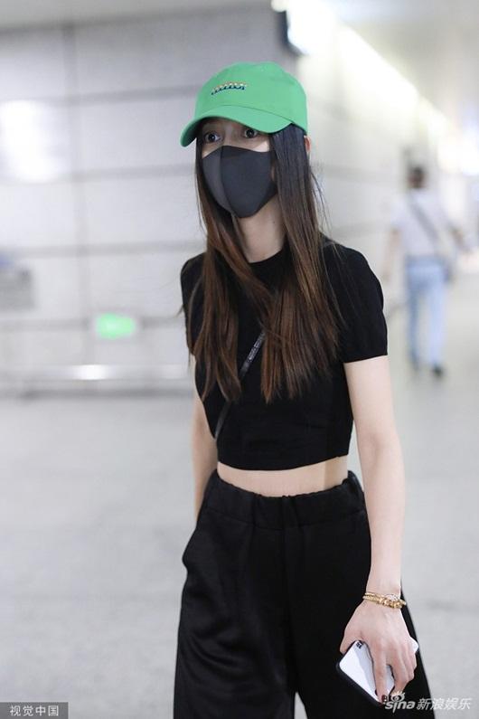 Huỳnh Hiểu Minh và Angelababy cùng xuất hiện ở sân bay nhưng phớt lờ khi được hỏi về nhau - Ảnh 2