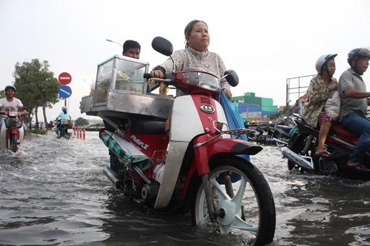 Triều cường cao kỷ lục ở TP.HCM: Người dân chật vật rẽ nước về nhà - Ảnh 3