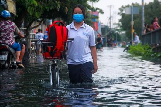 Triều cường cao kỷ lục ở TP.HCM: Người dân chật vật rẽ nước về nhà - Ảnh 5