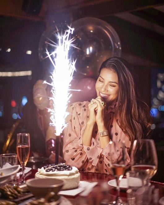 Phạm Hương khoe nhẫn kim cương rực rỡ cùng ảnh ôm hôn bạn trai nhân ngày sinh nhật - Ảnh 3