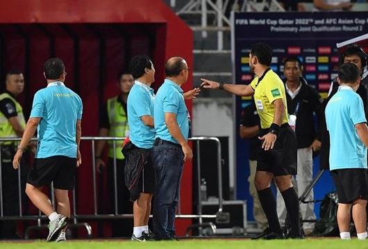 Tại sao HLV Park Hang-seo nhận thẻ vàng trong trận đấu Việt Nam - Thái Lan? - Ảnh 1