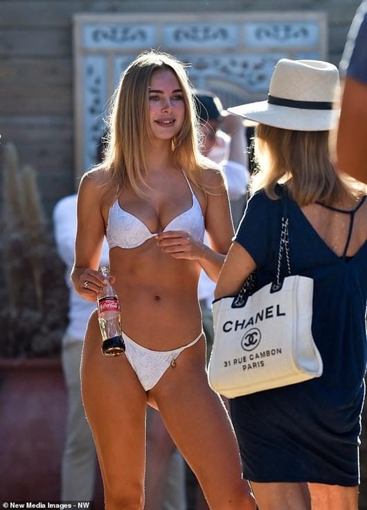 "Siêu mẫu nội y Kimberley Garner ""gợi cảm đến từng centimet"" trên bãi biển - Ảnh 4"