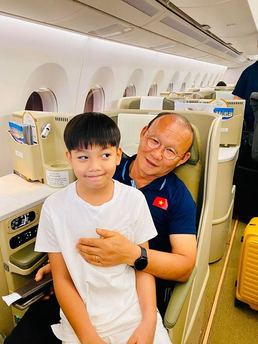HLV Park Hang-seo ngồi chung chuyến bay với Hồ Ngọc Hà, chụp ảnh cực yêu với Subeo - Ảnh 1