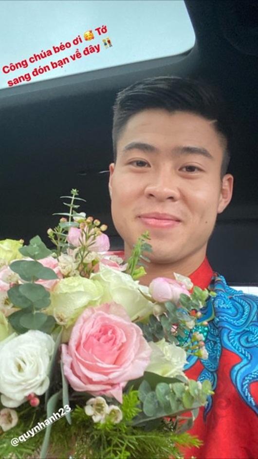 Duy Mạnh - Quỳnh Anh xúng xính áo dài đỏ rạng rỡ trong đám hỏi, dàn cầu thủ HAGL đến chúc mừng - Ảnh 1
