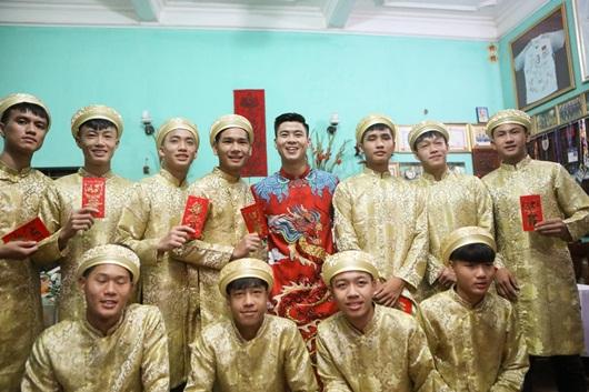 Duy Mạnh - Quỳnh Anh xúng xính áo dài đỏ rạng rỡ trong đám hỏi, dàn cầu thủ HAGL đến chúc mừng - Ảnh 2