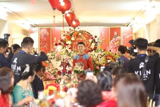 Duy Mạnh - Quỳnh Anh xúng xính áo dài đỏ rạng rỡ trong đám hỏi, dàn cầu thủ HAGL đến chúc mừng - Ảnh 5