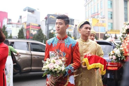 Duy Mạnh - Quỳnh Anh xúng xính áo dài đỏ rạng rỡ trong đám hỏi, dàn cầu thủ HAGL đến chúc mừng - Ảnh 3