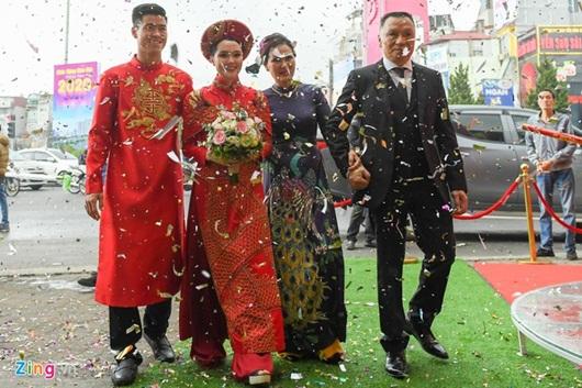 Duy Mạnh - Quỳnh Anh xúng xính áo dài đỏ rạng rỡ trong đám hỏi, dàn cầu thủ HAGL đến chúc mừng - Ảnh 9