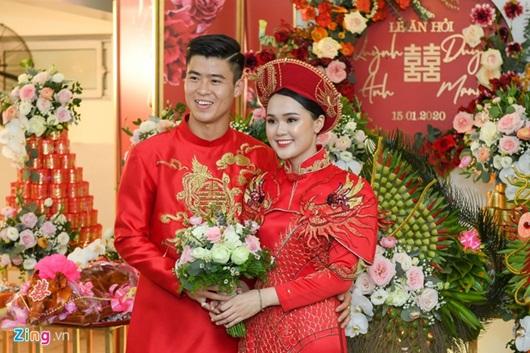 Duy Mạnh - Quỳnh Anh xúng xính áo dài đỏ rạng rỡ trong đám hỏi, dàn cầu thủ HAGL đến chúc mừng - Ảnh 8