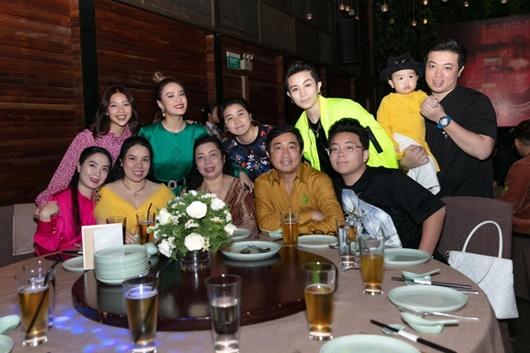 Gil Lê đưa bố mẹ đến tiệc tất niên của Hoàng Thùy Linh - Ảnh 1