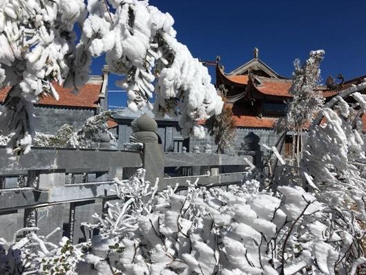 Sapa xuống dưới 0 độ, đỉnh Fansipan phủ trắng băng tuyết như trời Âu vào ngày mùng 3 Tết - Ảnh 9