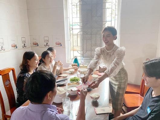 """Sao Việt khoe lì xì dịp Tết: Minh Hằng toàn tiền đô, Phan Mạnh Quỳnh """"chơi lớn"""" - Ảnh 1"""