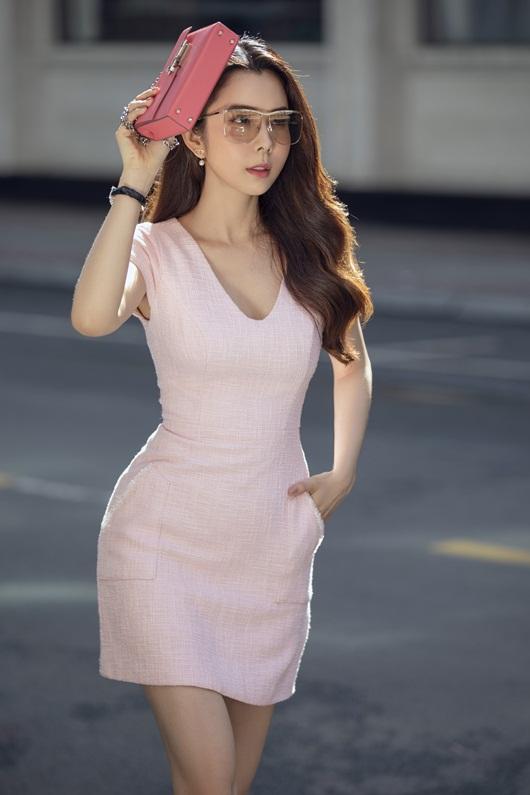 """Người đẹp """"siêu vòng ba"""" Huỳnh Vy diện váy ngắn ôm sát cơ thể, hiển hiện đường cong đẹp lung linh - Ảnh 6"""