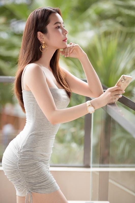 """Người đẹp """"siêu vòng ba"""" Huỳnh Vy diện váy ngắn ôm sát cơ thể, hiển hiện đường cong đẹp lung linh - Ảnh 2"""