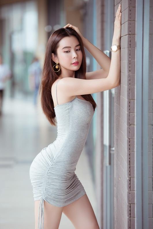 """Người đẹp """"siêu vòng ba"""" Huỳnh Vy diện váy ngắn ôm sát cơ thể, hiển hiện đường cong đẹp lung linh - Ảnh 3"""