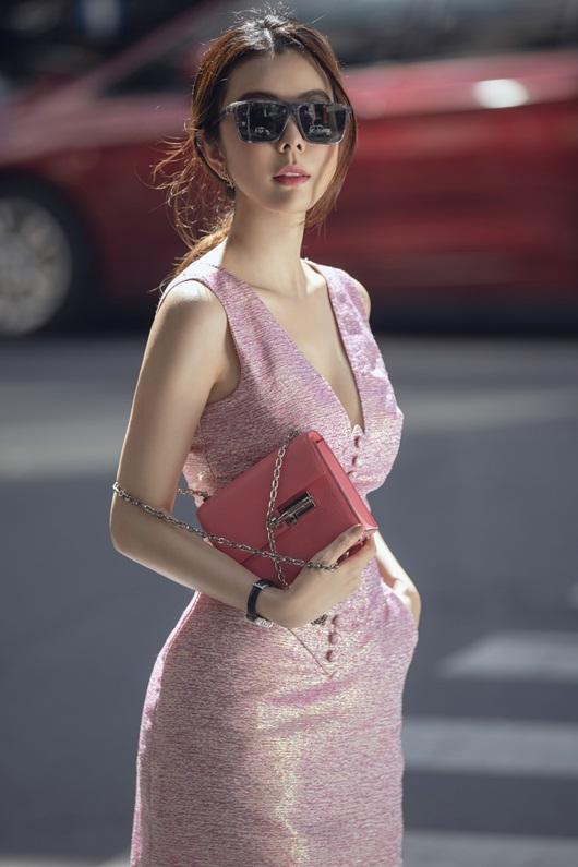"""Người đẹp """"siêu vòng ba"""" Huỳnh Vy diện váy ngắn ôm sát cơ thể, hiển hiện đường cong đẹp lung linh - Ảnh 4"""