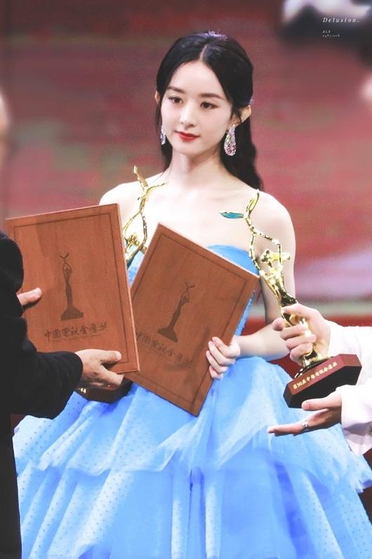 Kim Ưng 2020: Triệu Lệ Dĩnh đẹp như công chúa, ý nghĩa của chiếc váy mới khiến fan trầm trồ - Ảnh 1