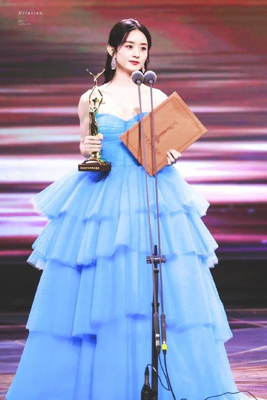 Kim Ưng 2020: Triệu Lệ Dĩnh đẹp như công chúa, ý nghĩa của chiếc váy mới khiến fan trầm trồ - Ảnh 2
