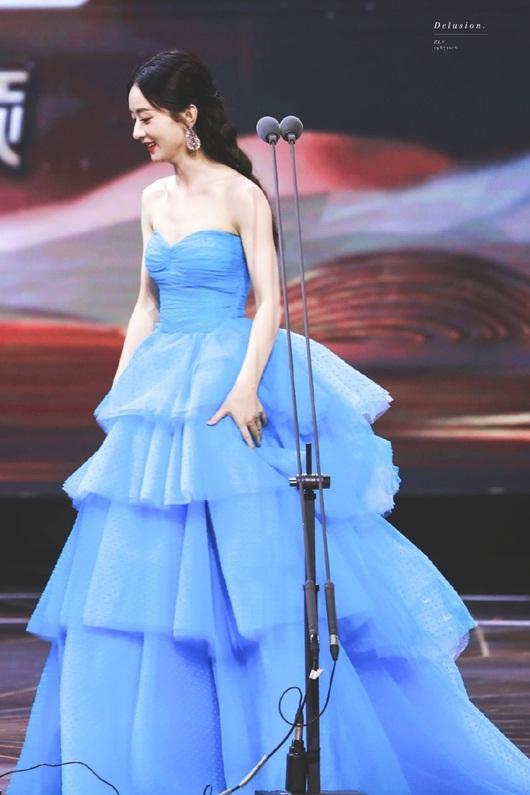 Kim Ưng 2020: Triệu Lệ Dĩnh đẹp như công chúa, ý nghĩa của chiếc váy mới khiến fan trầm trồ - Ảnh 3