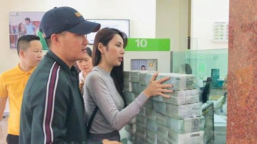 Công Vinh - Thủy Tiên tiếp tục rút hàng chục cọc tiền đi cứu trợ, lý giải chuyện trao tặng một nông dân 200 triệu - Ảnh 2