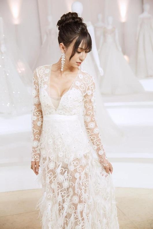 Lynk Lee o ép vòng một trong váy trắng thướt tha lộng lẫy như cô dâu - Ảnh 2