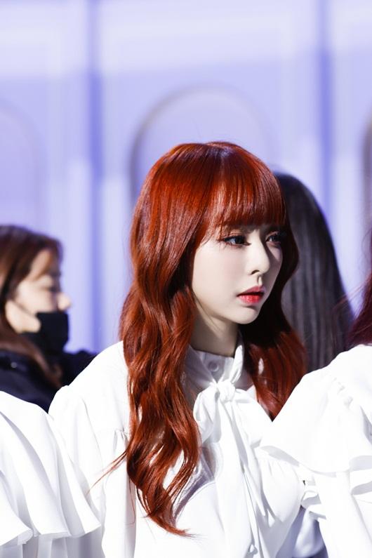 Cận cảnh nhan sắc nữ idol Kpop vô danh bất ngờ lên top Twitter toàn cầu vì quá xinh - Ảnh 5
