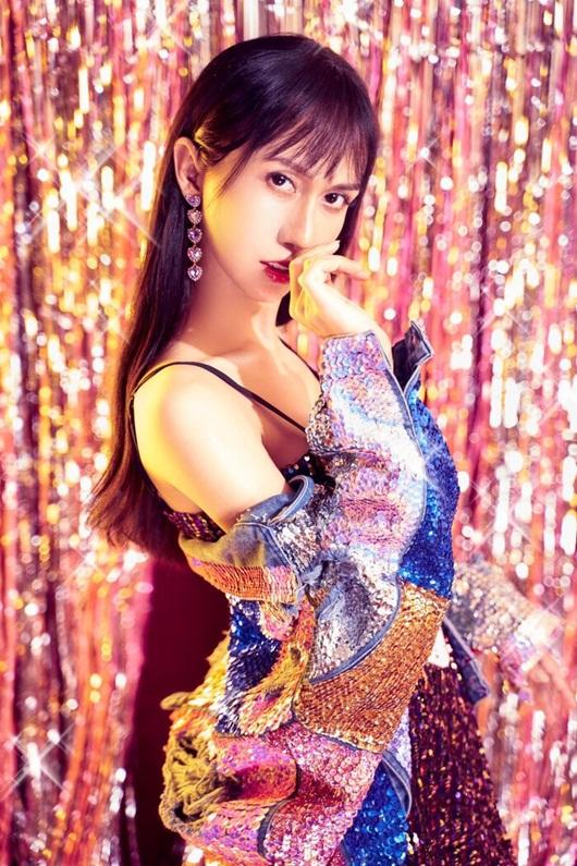Lynk Lee diện váy lấp lánh khoe đường cong mỹ miều mừng tuổi mới - Ảnh 3