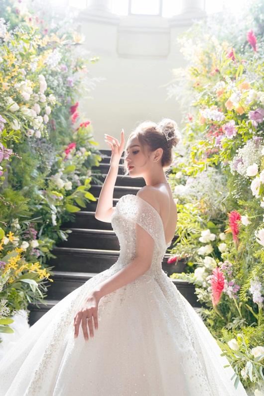 Cận cảnh 3 mẫu váy cưới lộng lẫy như công chúa của hotgirl Xoài Non - Ảnh 2
