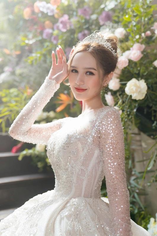 Cận cảnh 3 mẫu váy cưới lộng lẫy như công chúa của hotgirl Xoài Non - Ảnh 4