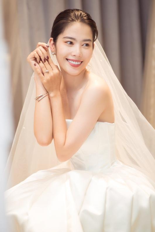 """Nam Em tung trọn bộ ảnh diện váy cưới, vẫn """"im thin thít"""" về tin đồn sắp kết hôn - Ảnh 1"""