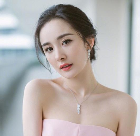 """Chẳng những xinh đẹp, Dương Mịch còn có body """"gợi cảm từng centimet"""" khiến fan """"xịt máu mũi"""" - Ảnh 1"""