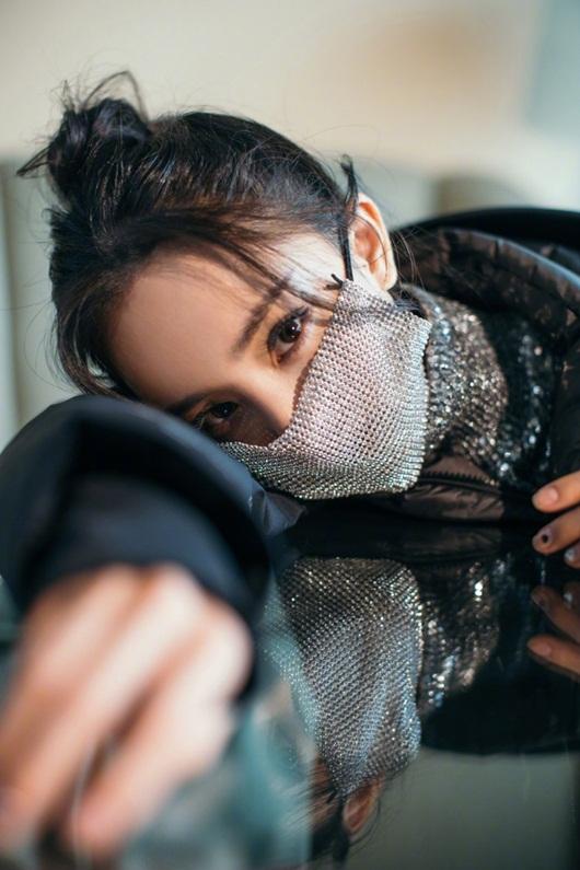 Dương Mịch đeo khẩu trang cách điệu, ảnh cận mặt đẹp không thể rời mắt - Ảnh 1