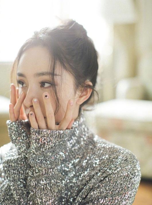 Dương Mịch đeo khẩu trang cách điệu, ảnh cận mặt đẹp không thể rời mắt - Ảnh 4