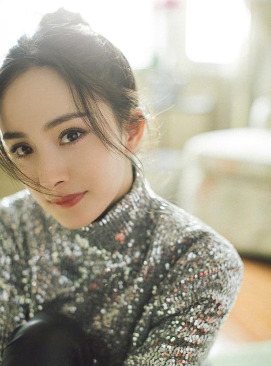 Dương Mịch đeo khẩu trang cách điệu, ảnh cận mặt đẹp không thể rời mắt - Ảnh 5
