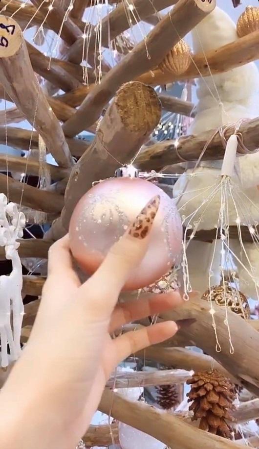 Ngọc Trinh trang hoàng biệt thự 40 tỷ đón Giáng sinh, lộng lẫy từng chi tiết khiến người xem lóa mắt - Ảnh 8
