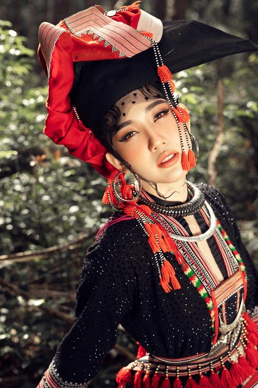 Thúy Ngân hóa thiếu nữ dân tộc đầy cuốn hút giữa rừng thông - Ảnh 7
